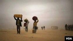 Warga Libya menyeberang ke perbatasan Tunisia di kota Ras Ajdir. Ratusan ribu warga Libya meninggalkan kampung halamannya untuk menghindari kekerasan sejak akhir Februari lalu.