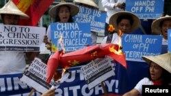 Hội Sinh viên Philippines và Việt Nam tổ chức biểu tình chống Trung Quốc trước lãnh sự quán Trung Quốc ở Makati, ngày 19/2/2016.