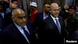 عراق کے نومنتخب صدر برہم صالح نامزد وزیرِ اعظم عادل عبدالمہدی کے ہمراہ پارلیمان کی عمارت سے باہر آ رہے ہیں۔