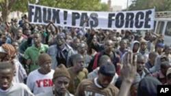 Photo d'archives: Les membres d'un mouvement de la jeunesse anti-gouvernement sénégalais ''Y en a marre'' lors d'un rassemblement contre Abdoulaye Wade (ex-président) dans la capitale Dakar le 27 janvier de 2012.