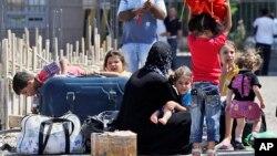 2일 시리아 난민들이 터키 국경지역 검문소에 도착했다.