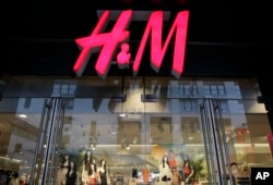 FILE - This May 31, 2013 file photo shows the exterior of an H&M store in New York. (AP Photo/Mark Lennihan, File)