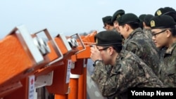 북한의 미사일 발사가 임박한 것으로 알려진 가운데, 10일 오후 경기 파주 오두산 통일전망대에서 육군 9사단 장병이 망원경으로 북한 황해북도 개풍군 지역을 바라보고 있다.