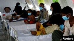 Para pengungsi Rohingya yang menderita difteri dirawat di klinik Cox's Bazar, Bangladesh (foto: dok).