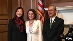 美国众议院议长佩洛西(中)在《台湾关系法》40周年酒会与台湾驻美代表高硕泰夫妇合影(美国之音锺辰芳拍摄)