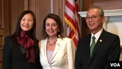 美国众议院议长佩洛西(中)在《台湾关系法》40周年酒会与台湾驻美代表高硕泰夫妇合影(美国之音钟辰芳拍摄)
