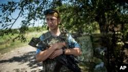 Tentara Ukraina berjaga-jaga di garis depan dekat Avdiivka, Donetsk di Ukraina timur (19/7). (AP/Evgeniy Maloletka)