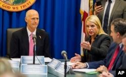 La procuradora general de Florida Pam Bondi (der.), habla durante una mesa redonda estatal sobre seguridad escolar en la capital de Florida, Tallahassee, el 20 de febrero de 2018. El gobernador de Florida, Rick Scott, a la izquierda. (AP Photo / Mark Wallheiser)