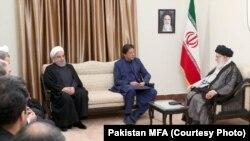پاکستانی وزیر اعظم ایران کے سپریم لیڈر آیت اللہ سید علی خامنائی سے ملاقات کر رہے ہیں
