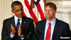 El presidente Obama y el ahora confirmado director de la agencia de Protección Financiera del Consumidor, Richard Cordray en la Casa Blanca.