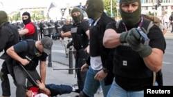 Cảnh sát bắt một cổ động viên trong một vụ ẩu đả trước trận Ba Lan - Nga ở Warwaw, ngày 12 tháng 6, 2012