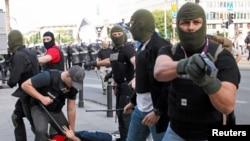 Polisi Warsawa menahan para pelaku kerusuhan dalam bentrokan antara pendukung Rusia dan tuan rumah Polandia, Selasa (12/6).