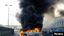 巴林反政府示威者点燃汽车作为路障