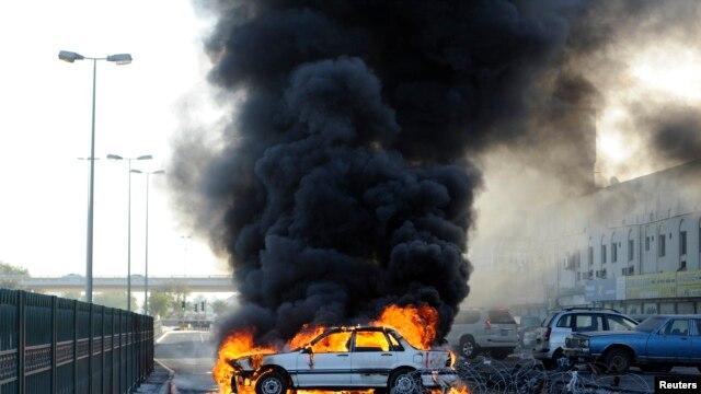 Người biểu tình Bahrain đốt xe chặn đường để kỷ niệm năm thứ 2 cuộc nổi dậy ngày 14 tháng 2.