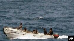美国海军2008年10月8号拍摄到的这张照片显示,索马里海盗坐小船离开被劫持的一艘乌克兰货船(资料照)。