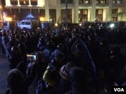莫斯科的广场上警察包围示威者