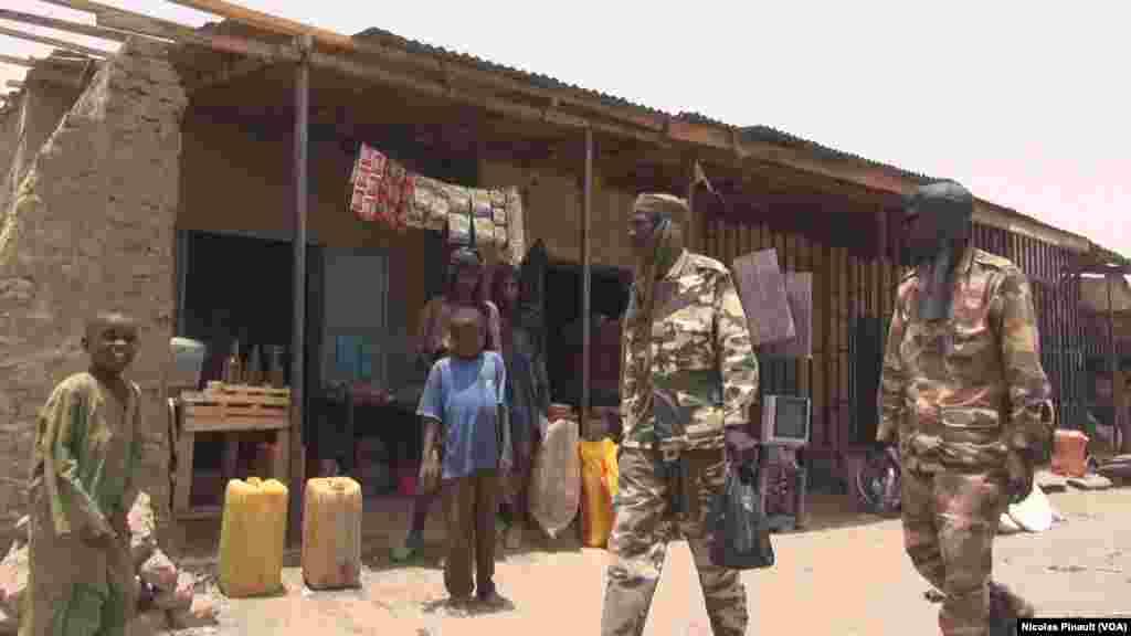 Des militaires tchadiens se promènent sur le marché de Bosso dans la région de Diffa, Niger, le 19 avril 2017 (VOA/Nicolas Pinault)