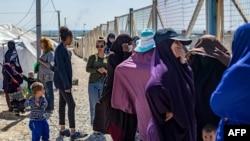 شام میں قائم پناہ گزینوں کے کیمپ ال روج میں داعش کےمبینہ سابق جنگجووں کی بیوائیں اور بچے موجود ہیں (تصویر: اے ایف پی)