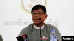 Chủ tịch Ủy ban Bầu cử Tin Aye phát biểu trong cuộc họp báo tại Trung tâm Hòa bình ở Yangon.