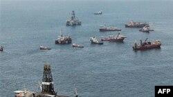 """Brodovi kruže oko mesta gde je pre eksplozije 20. aprila 20101. bila platforma """"Dipvoter horajzon"""""""