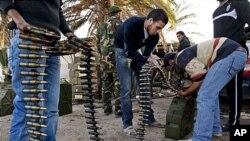 리비아 벵가지의 한 군부대에서 시위대에 가담한 민병대원들이 탄약을 나르고 있다.