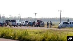 美国一架军用运输机在密西西比州坠落,应急人员站在82号公路沿线待命(2017年7月10日)