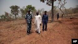 Guardas no local onde os arqueólogos foram raptados.