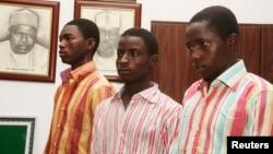 Suspeitos membros da seita radical islâmica Boko Haram, Bashir Ibrhim (esq), Ibrahim Habibu (cen) e Gambo Maiborodi (dir) presos por envolvimento em raptos e assassinios