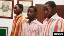 Irin wadanda ke tsare bisa zargin cewa 'yan Boko Haram ne, Bashir Ibrahim a dama, Ibrahim Habibu a tsakiya da Gambo Maiborodi,