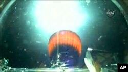 Imágen de video de la NASA que muestra el escape de la segunda etapa del cohete SpaceX Falcon 9 durante el lanzamiento del DSCOVR.