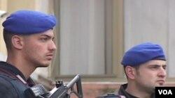 Pasukan keamanan EULEX sedang berjaga-jaga di Kosovo.