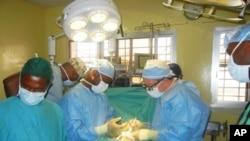希望项目的外科小组今年2月在利比里亚的一所医院工作