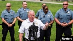 Cảnh sát trưởng của vùng ngoại ô thành phố St. Louis Thomas Jackson.