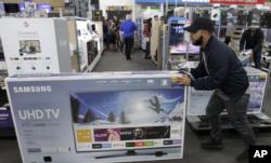 圣诞节期间,美国顾客在商店购物。