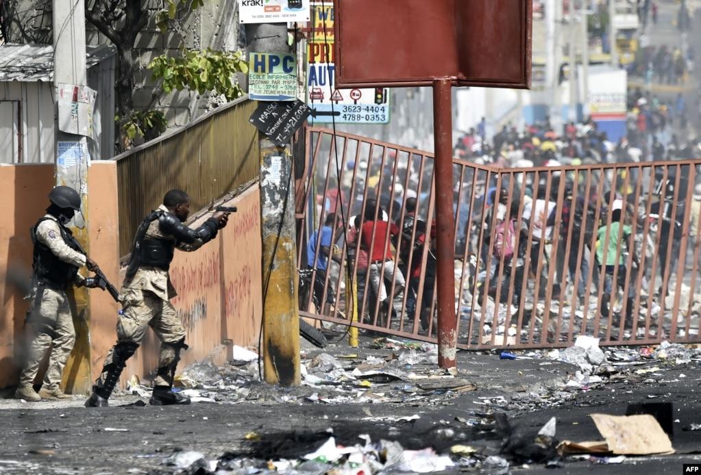 Polis Haitidə yanacaq qiymətlərinə etirazlar zamanı Delmasda insanlarınmağazaları qarət etməsinə mane olmağa çalışır.