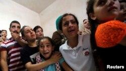 23일 서안 지구 베드레헴 데이셰 난민촌에서 이스라엘군의 총격으로 숨진 15살의 아르칸 미제르의 장례식이 열린 가운데 소년의 친척들이 애통해하고 있다.