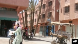 Une femme marche sur une rue dans une banlieue ouvrière de Marrakech, au Maroc, 28 avril 2008.