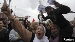 4일 이집트 카이로 대통령궁 앞에서 새 헌법 초안에 반대하는 시위대.