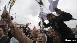 Başkanlık sarayı önünde toplanan Mursi karşıtı göstericiler