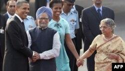 Tổng thống Mỹ Barack Obama, trái, được Thủ tướng Ấn Độ Manmohan Singh chào đón trong khi đệ nhất phu nhân Michelle Obama nắm tay vợ ông Singh, Gursharan Kaur, phải, tại New Delhi, Ấn Độ, Chủ nhật, 7/11/2010