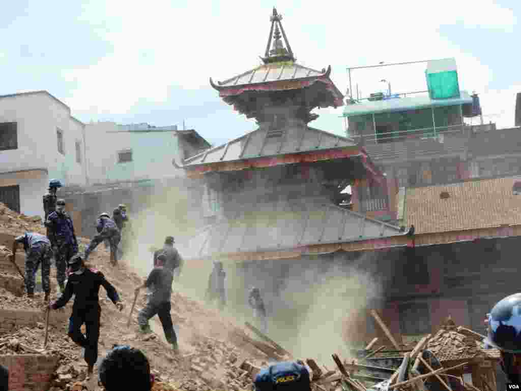 Rescue workers try to find earthquake survivors or recover the dead at Durbar Square, Kathmandu, April 27, 2015. (Bikas Rauniar/VOA)