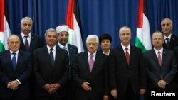 محمود عباس رئیس تشکیلات خودگران فلسطینی (سوم از چپ) و رامی حمدالله نخست وزیر دولت وحدت فلسطینی (چهارم از چپ) - ۱۲ خرداد ۱۳۹۳