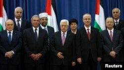 마흐무드 압바스 팔레스타인 대통령(가운데)이 2일 요르단강 서안 라말라에서 통합정부 출범을 발표했다. 새 정부 장관들이 출범식에 참석했다.