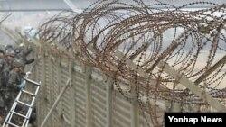 비무장지대(DMZ)의 철책을 검검하는 한국 군(자료사진)