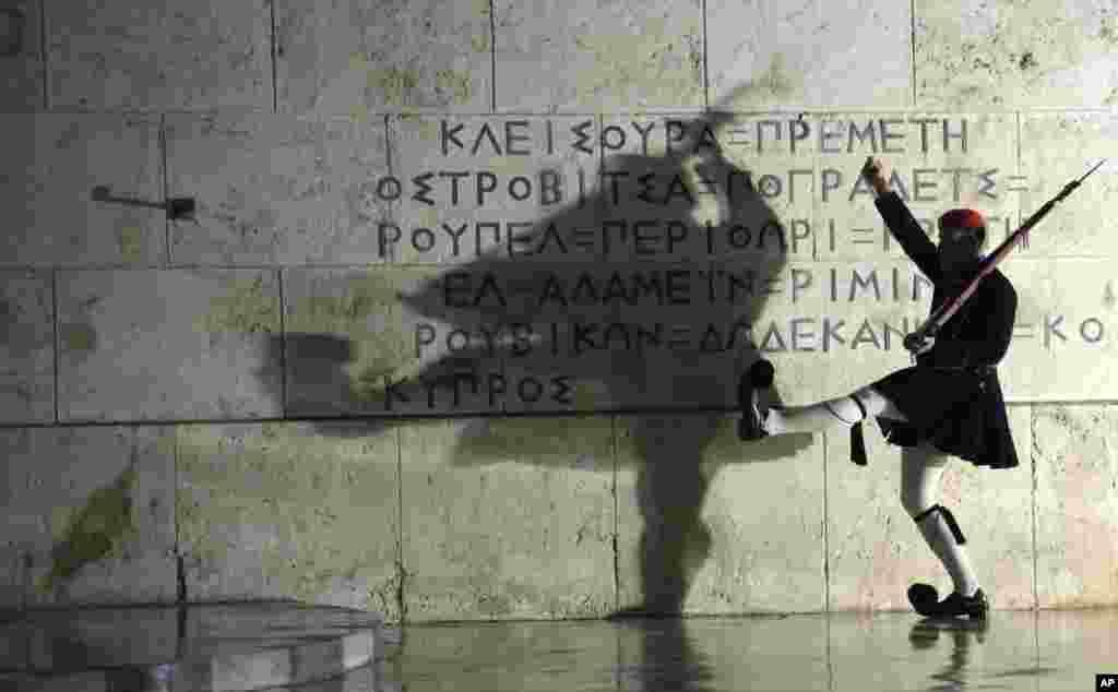 Афины. Смена караула у могилы Неизвестного солдата в канун Нового года