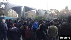نیروهای امنیتی چهار عضو شورای صنفی دانشجویان را پس از جلسه با رئیس دانشگاه تهران بازداشت کردند.