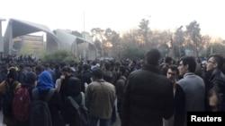 Watu wakiandamana karibu na Chuo Kikuu cha Tehran