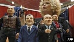 Moskova'daki bir festivalde gösterilen Medvedev ve Putin kuklaları