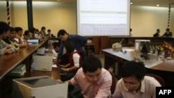 Nhân viên làm việc tại Trung tâm Giao dịch Chứng khoán Hà Nội