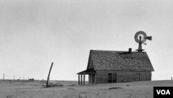 Dataran tinggi Texas yang tadinya subur berubah menjadi apa yang disebut 'dust bowl 'pada dasawarsa 1930-an. Ini adalah akibat tanah yang tererosi setelah lahan-lahan pertanian di daerah dibajak terus menerus selama bertahun-tahun.